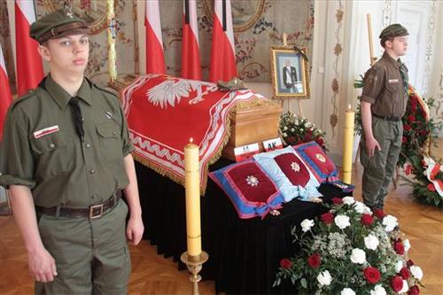 Trumna z doczesnymi szczątkami Prezydenta Rzeczypospolitej na uchodźstwie wystawiona w Belwederze