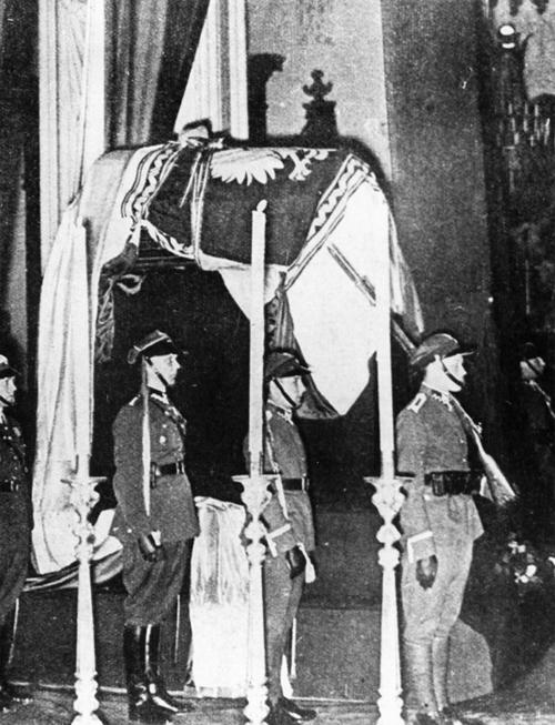 Trumna ze zwłokami marszałka Józefa Piłsudskiego okryta Chorągwią Rzeczypospolitej