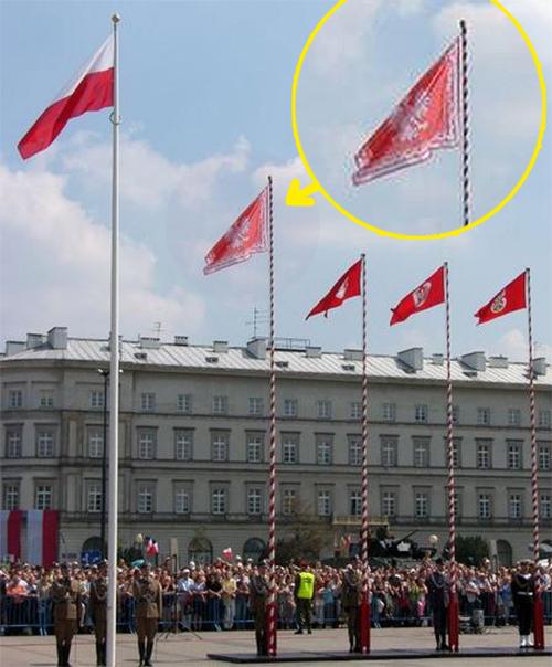 Proporzec prezydenta Rzeczypospolitej na Placu Piłsudskiego w Warszawie podczas uroczystości w święto państwowe