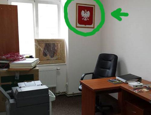 herb RP w gabinecie posła Ryszarda Kalisza